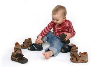 la importancia del calzado infantil, niño con zapatos